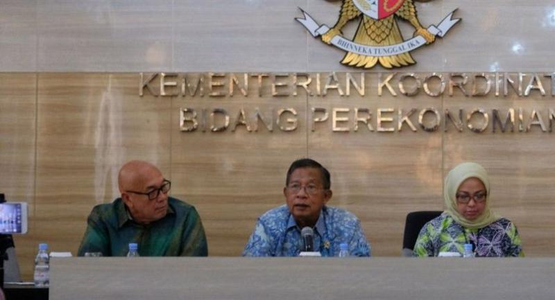 Coordinating Economic Minister Darmin Nasution (center), accompanied by Foreign Ministry expert staffer Peter F. Gontha (left), speaks at a press conference at his office on Friday, following a visit to Brussels earlier in the week.