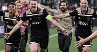 Ajax's Brazilian forward David Neres (L), Ajax's Dutch defender Matthijs de Ligt (C), Ajax's Dutch defender Joel Veltman (R) and teammates celebrate. / AFP