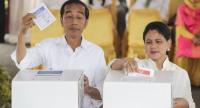 Indonesia's Incumbent President from the Indonesian Democratic Party of Struggle (PDIP) Joko Widodo (L) and his wife Iriana (R) cast their votes during the general election at a polling station in Jakarta, Indonesia on April 17.//EPA-EFE