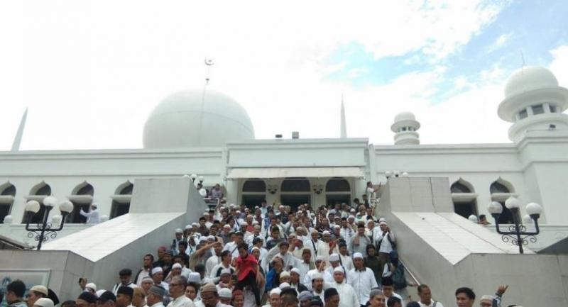 Supporters of presidential contender Prabowo Subianto swarm Al-Azhar Mosque in South Jakarta after performing a prostration of gratitude with the candidate on Friday. Prabowo is holding mass prayers in celebration of his claimed victory at his house.