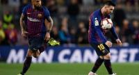 Barcelona's Chilean midfielder Arturo Vidal (L) looks at Barcelona's Argentinian forward Lionel Messi controlling the ball. / AFP