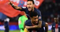 Paris Saint-Germain's Brazilian forward Neymar (Up) celebrates with Paris Saint-Germain's French defender Presnel Kimpembe. / AFP