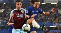Burnley's English midfielder Jack Cork (L) vies with Chelsea's Brazilian defender David Luiz (R). / AFP