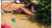 Floods hit residential areas in Pejaten Timur subdistrict in Pasar Minggu, South Jakarta, on April 26. (Warta Kota/Adhy Kelana)