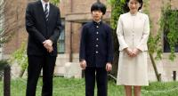 Japan's Prince Hisahito (C), grandson of Emperor Akihito, poses with his parents, Prince (L) and Princess Akishino, before attending his entrance ceremony at Ochanomizu University Junior High School in Tokyo, Japan on April 8.//EPA-EFE