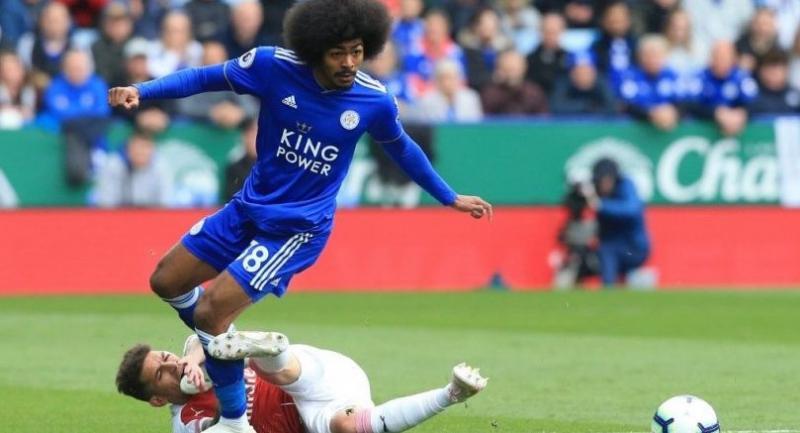 Leicester City's English midfielder Hamza Choudhury (R) challenges Arsenal's Uruguayan midfielder Lucas Torreira (L) . / AFP