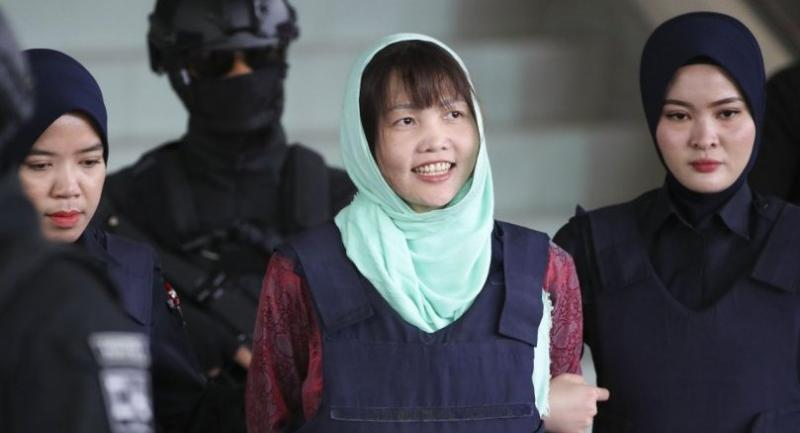 File photo : Vietnamese suspect Doan Thi Huong, escorted by Malaysian police, smiles as she leaves Shah Alam High Court in Shah Alam, Malaysia, on April 1.//EPA-EFE
