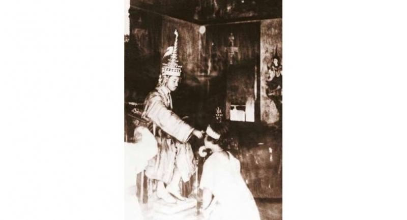 King Prajadhipok (Rama VII) applies sacred water on the forehead of Queen Rambhai Bharni to install her as Her Majesty on February 25, 1925.