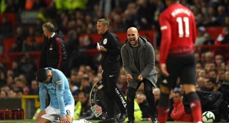 Manchester City's Spanish manager Pep Guardiola (2R) shouts towards Manchester City's German midfielder Ilkay Gundogan (L). / AFP