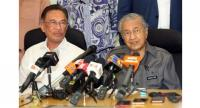 File photo : PKR President Anwar Ibrahim (L) sits next to Malaysia's Prime Minister Mahathir Mohamad.