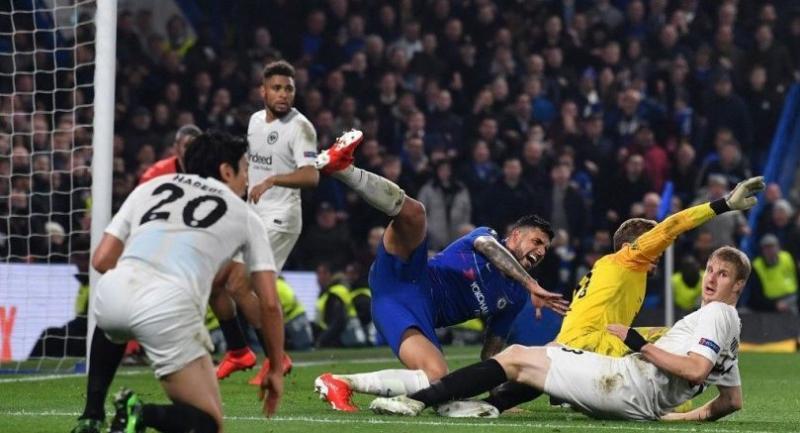 Chelsea's Brazilian-Italian defender Emerson Palmieri (C) fails to score during the UEFA Europa League semi-final second leg football match. / AFP