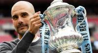 Manchester City manager Pep Guardiola poses with the FA Cup  trophy. / EPA
