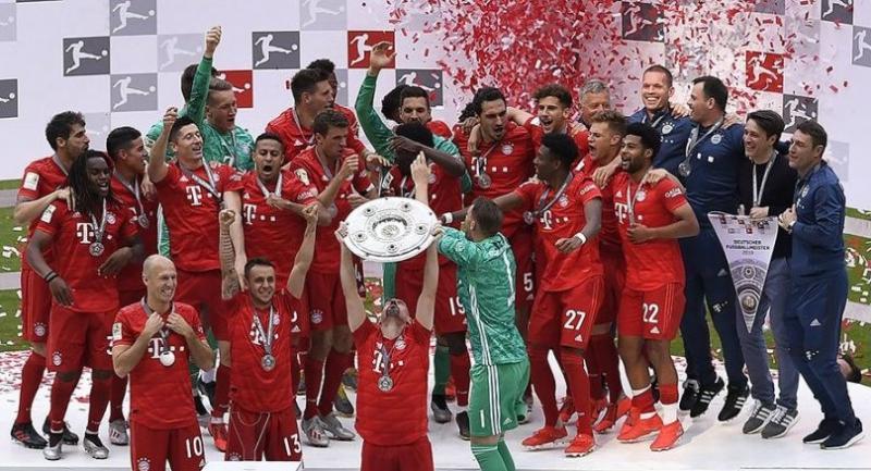 Munich team celebrate with the trophy after winning the German championship after the German Bundesliga soccer match between FC Bayern Munich and Eintracht Frankfurt in Munich. / EPA