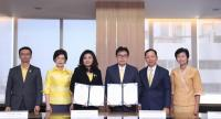 Worawit Sukboon, third from right, secretary-general of NACC, and Surangkana Wayuparb, third from left, CEO of ETDA, at the memorandum of understanding signing ceremony on Friday.