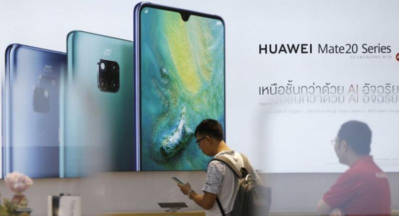 A customer inspects a Huawei smartphone at a Huawei store in Bangkok, Thailand, 21 May 2019. // EPA-EFE PHOTO