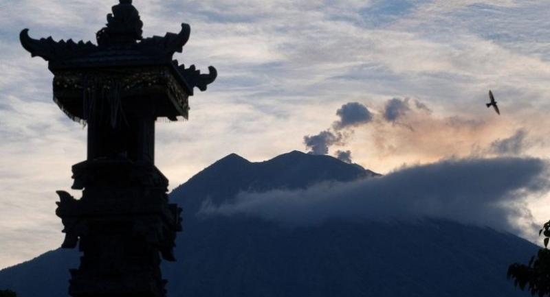 File photo : Mount Agung spews volcanic ash, as seen from Tulamben village in Karangasem regency in Bali on Feb. 22. The volcano erupted again on April 21. (Antara/Nyoman Hendra Wibowo)
