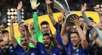 Chelsea's English defender Gary Cahill (R) holds the trophy as he celebrates with teammates after winning the UEFA Europa League final. / AFP