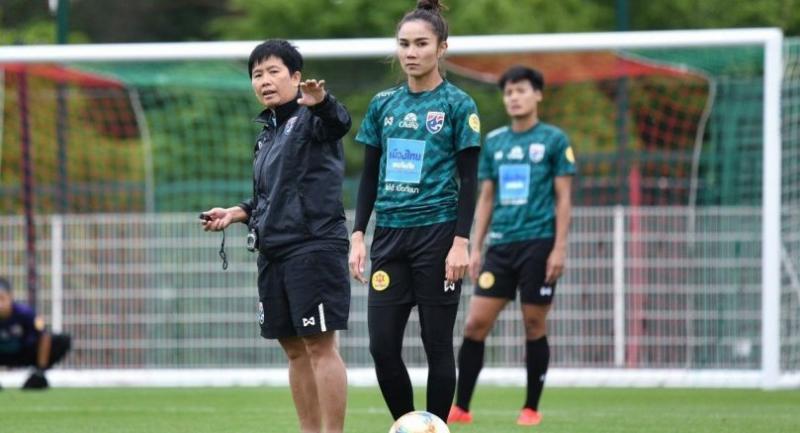 Sunisa Srangthaisong, middle,  listens to instruction from national coach Nuengrutai Srathongvian.