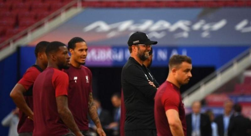 Liverpool's German manager Jurgen Klopp (C) looks at his players during a training session at the Wanda Metropolitan Stadium in Madrid on May 31, 2019 on the eve of the UEFA Champions League final football match against Tottenham Hotspur.