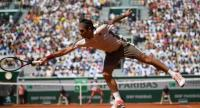 Switzerland's Roger Federer returns the ball to Norway's Casper Ruud. / AFP