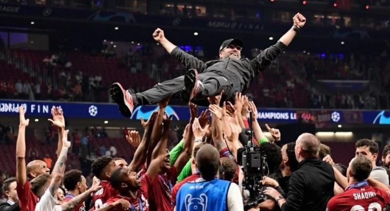 Liverpool's players throw German manager Jurgen Klopp (R) in the air after winning the UEFA Champions League final football match between Liverpool and Tottenham Hotspur at the Wanda Metropolitano Stadium in Madrid on June 1, 2019.