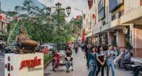 Travelers walk along the sidewalk of Jl. Malioboro.   Photo/The Jakarta Post