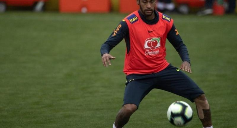 Brazil's footballer Neymar takes part in a training session at the Granja Comary sport complex in Teresopolis, Brazil. / AFP