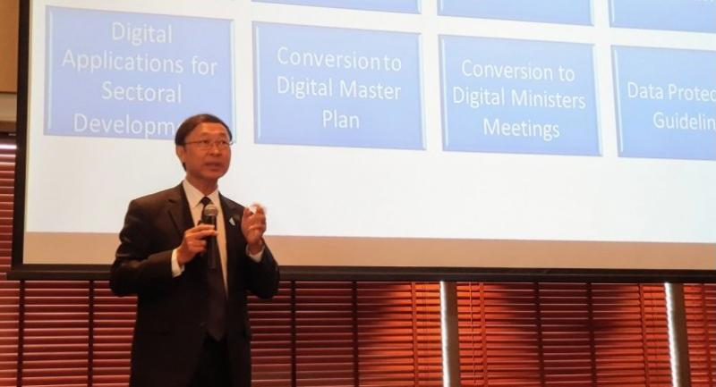 Pichet Durongkaveroj, the Minister of Digital Economy and Society, outlines the government's plans to develop the digital economy at a World Bank seminar yesterday.