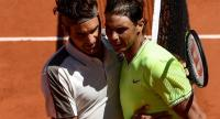 Spain's Rafael Nadal (R) hugs Switzerland's Roger Federer (L). / AFP