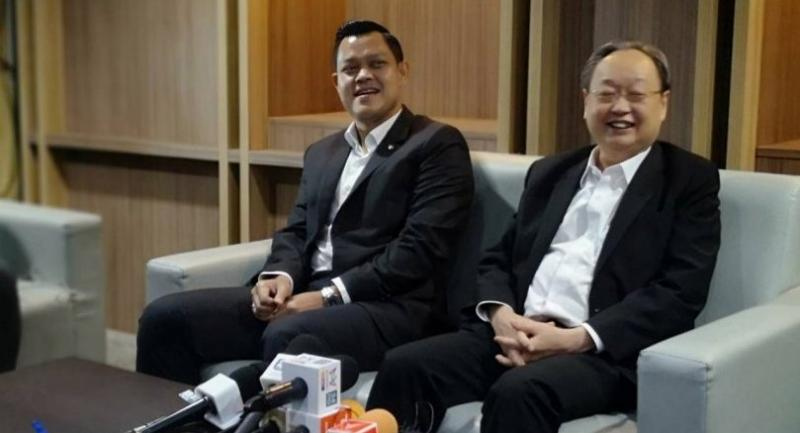 Phalang Pracharat key figures Sontirat Sontijirawong, right, and Thanakorn Wangboonkongchana talk to the press on Friday after news has circulated about the change of the party's executives. Nation/Prasert Thepsri