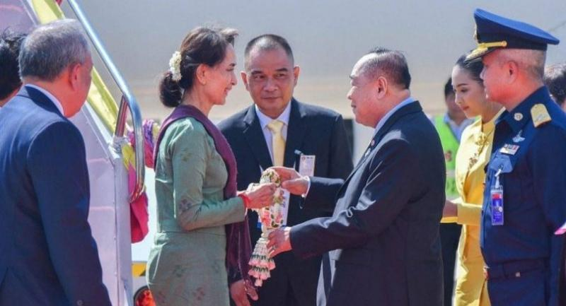 Aung San Suu Kyi is greeted by Deputy Prime Minister Prawit Wongsuwan. Photo courtesy of Foreign Ministry