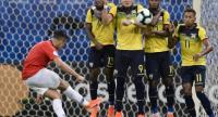 Chile's Alexis Sanchez (L) takes a free-kick against Ecuador during their Copa America football tournament. / AFP