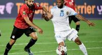 Egypt's forward Mohamed Salah (L) fights for the ball with DR Congo's forward Elia Meschak. / AFP