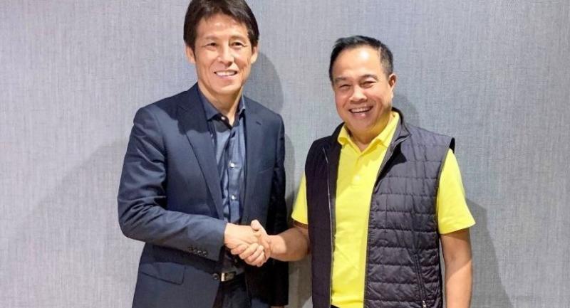 Akira Nishino shakes hand with Thai FA chief Somyot Poompamoung