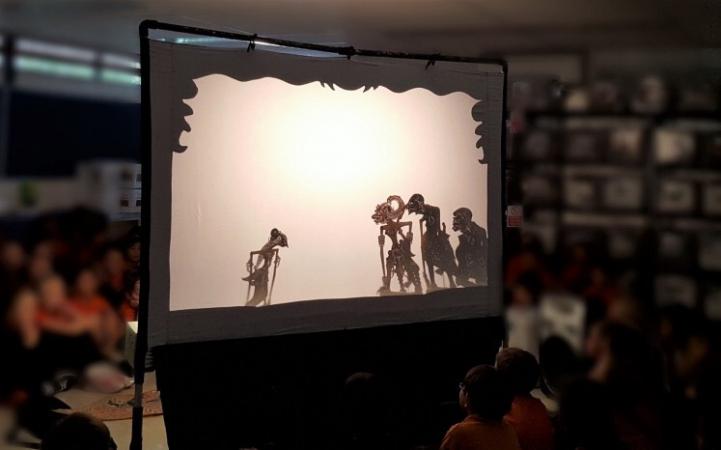 The story: Students watch as puppet master Sumardi depicts Dewi Sinta speaking to her loyal followers. (Prapti Widinugraheni/-)