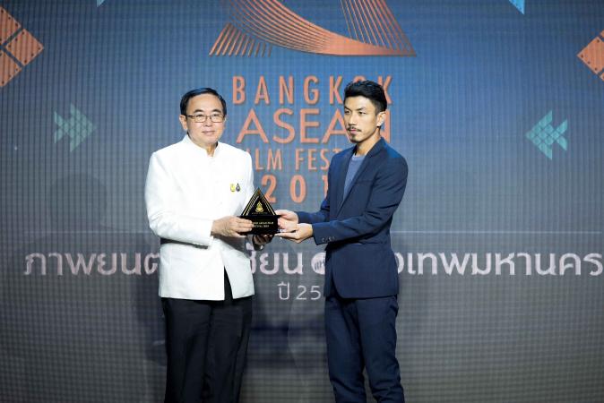 Actor Wanlop Rungkumjad received the Best Asean Film Award from the Minister of Culture Vira Rojpojchanarat