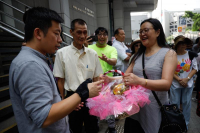 Members of the public present a fruit basket to a police representative in appreciation of the force's dedication and efforts in keeping public order and safety during the recent wave of protests in Hong Kong. (PARKER ZHENG / CHINA DAILY)