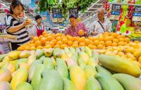 People buy fruits at a supermarket in Weifang, in China's Shandong province. (Photo by Wang Jilin/China Daily)