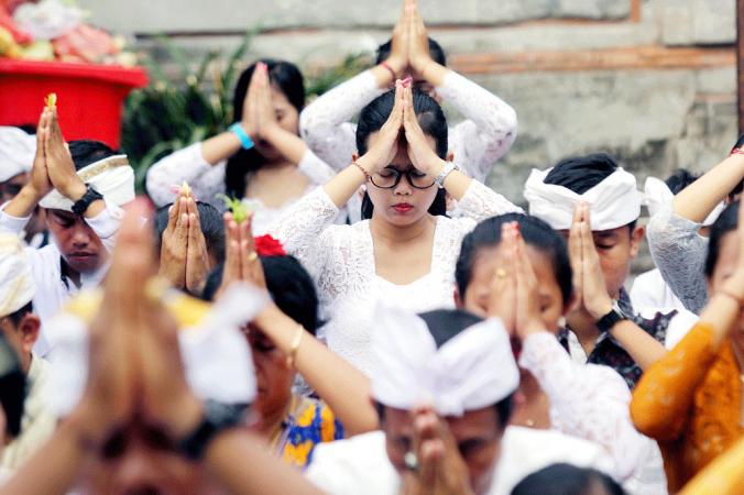Hindu followers perform a ritual to celebrate Galungan at Pura Jagatnatha in Denpasar, Bali, (The Jakarta Post/Zul Trio Anggono)