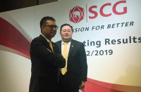SCG Group's president and chief executive officer Roongrote Rangsiyopash, left, and the group's  vice president for finance and investment Thammasak Sethaudom pose for photos after the press conference on Friday.
