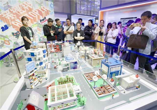 Visitors examine Alibaba's digital platform model during an industry expo in Fuzhou, capital of China's Fujian province. (Photo by Zhu Xingxin/China Daily)