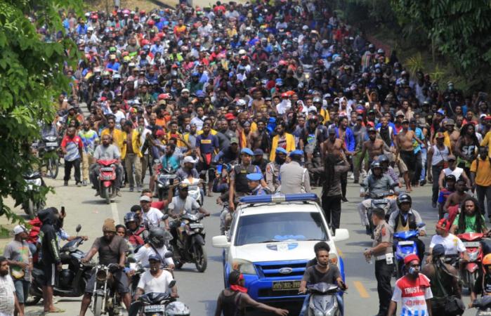 Thousands rally in Jayapura, Papua, on Monday to express their anger over racial abuse. (Antara/Gusti Tanati)
