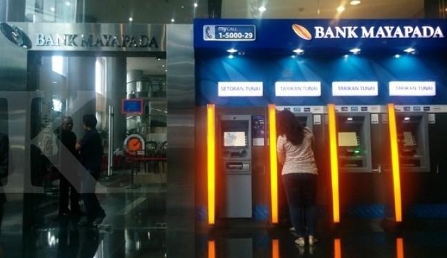 A Bank Mayapada customer withdraws money from an automated teller machine (ATM). (Kontan/Daniel Prabowo)
