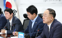 Deputy Prime Minister and Finance Minister Hong Nam-ki (right) speaks Monday in a meeting with lawmakers of the ruling Democratic Party on the state budget plan for next year. (Yonhap)