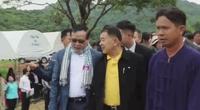 Cambodian minister Sok Sopheak  (left wearing scarf) and Thai minister Weerasak Wangsupakijkosol (middle in yellow inner shirt)