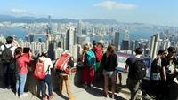 Tourists watch the view from the Peak in Hong Kong, Jan 6, 2017. (LI PENG / XINHUA)