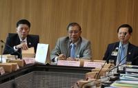 Committee chairman Weerakorn Khamprakob (centre)