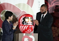 Tokyo Gov. Yuriko Koike applauds as Japanese national rugby team captain Michael Leitch draws an eye on a daruma doll to pray for victory at upcoming the Rugby World Cup at a ceremony held on Friday at the Tokyo metropolitan government building in Shinjuku Ward, Tokyo.