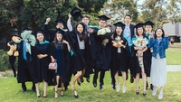 Students pose for a graduation photo at Monash University in Melbourne, Australia, last year. (ZHANG XIAOLI / FOR CHINA DAILY)