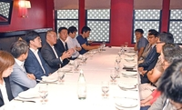 Hyundai Motor Group Executive Vice Chairman Chung Euisun (fourth from left) speaks at a luncheon with Korean correspondents in New York on Monday. (Yonhap)